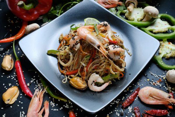 Тайский салат со стеклянной лапшой с креветками